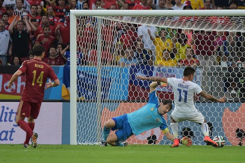 Mistrzowie świata Hiszpanie przegrali z Holandią i z Chile /AFP