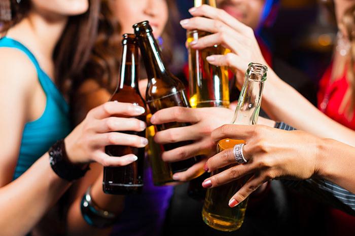 Mity na temat alkoholu /© Photogenica