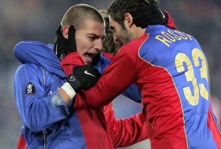 Mladen Petric (z lewej) to obecnie najważniejsza postać w FC Basel /AFP