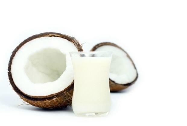 Mleko kokosowe na wypadające włosy /© Photogenica