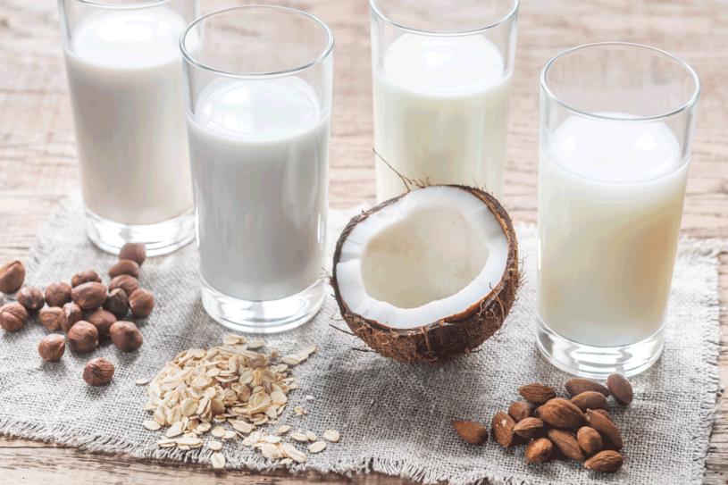 Mleko można zastąpić produktami wegańskimi /123RF/PICSEL