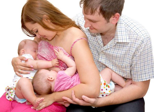 Mleko powstaje w wyniku zmian hormonalnych, jakie zachodzą tuż po porodzie oraz w reakcji na ssanie piersi przez dziecko. /123RF/PICSEL