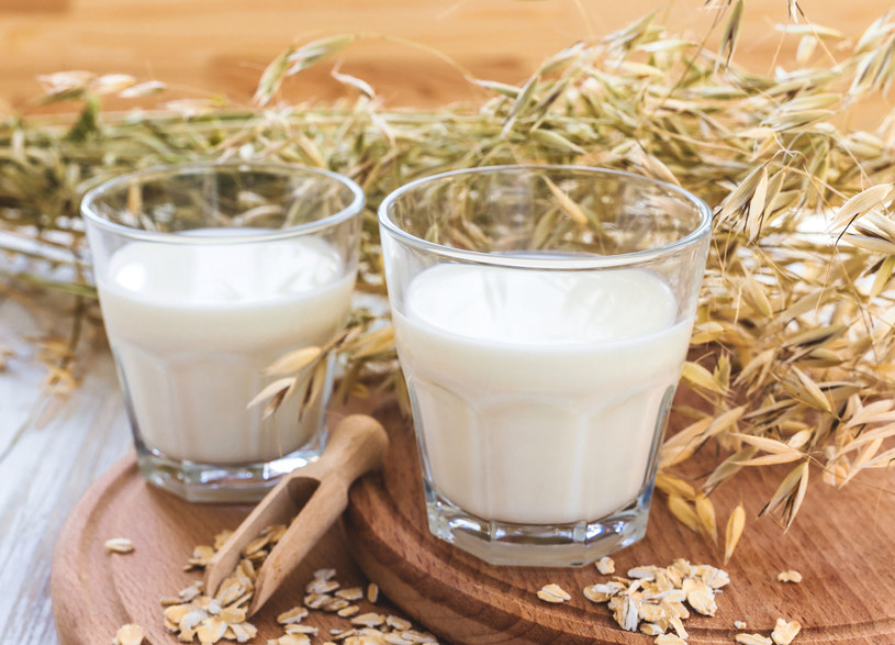 Mleko roślinne jest coraz bardziej popularne, głównie ze względu na zwiększającą się ilość zwolenników diety wegetariańskiej /123RF/PICSEL