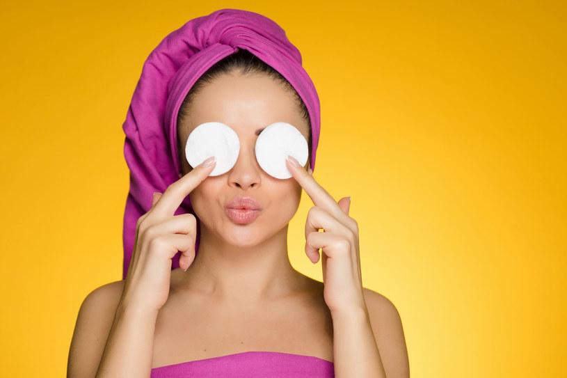 Mleko rozjaśni cienie pod oczami, zredukuje obrzęki i nawilży okolice oczu. /123RF/PICSEL