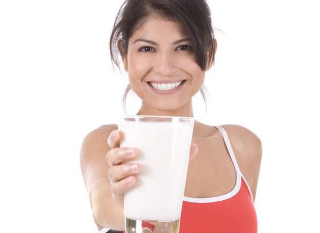 Mleko to podstawowe źródło tego pierwiastka /123RF/PICSEL