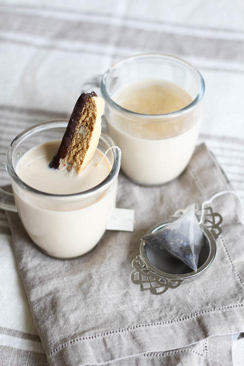mleko z herbatą /© Photogenica