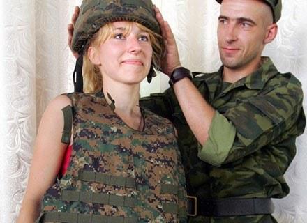 Młoda kobieta przymierza mundur gruzińskiej armii. Sukhomi, 17 sierpnia 2008 /AFP