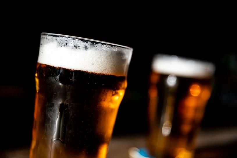 """Młoda kobieta zmarła w Szwecji po wypiciu łyka """"piwa"""" /AFP"""