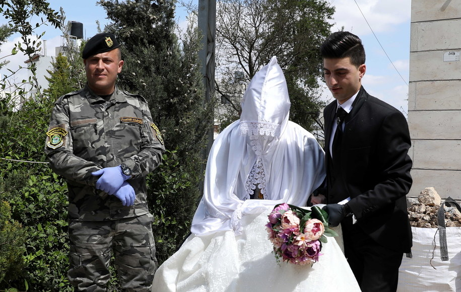 Młoda Para z żołnierzem /ABED AL HASHLAMOUN    /PAP/EPA