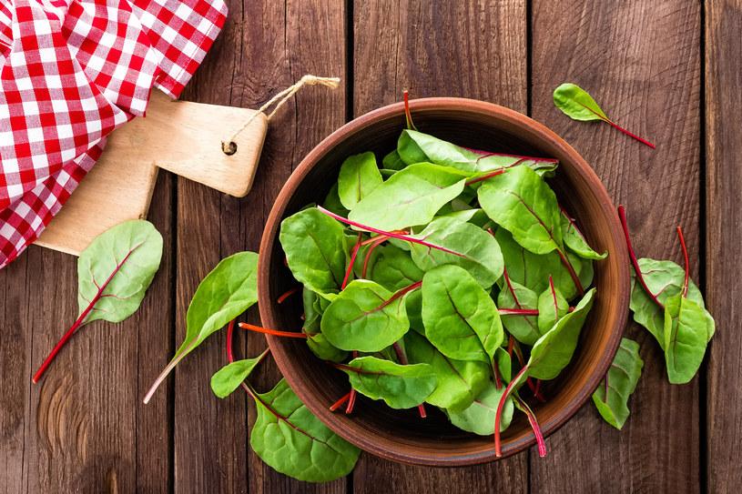 Młode liście botwiny zawierają substancje o działaniu podobnym do estrogenów, czyli hormonów młodości, piękna i seksu /123RF/PICSEL