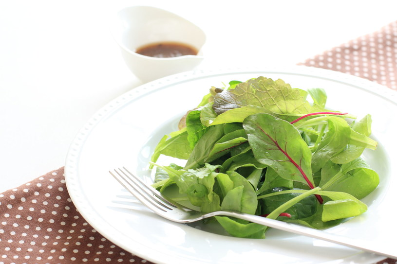Młode listki możemy wykorzystać w kuchni i zrobić z nich na przykład sałatkę /123RF/PICSEL