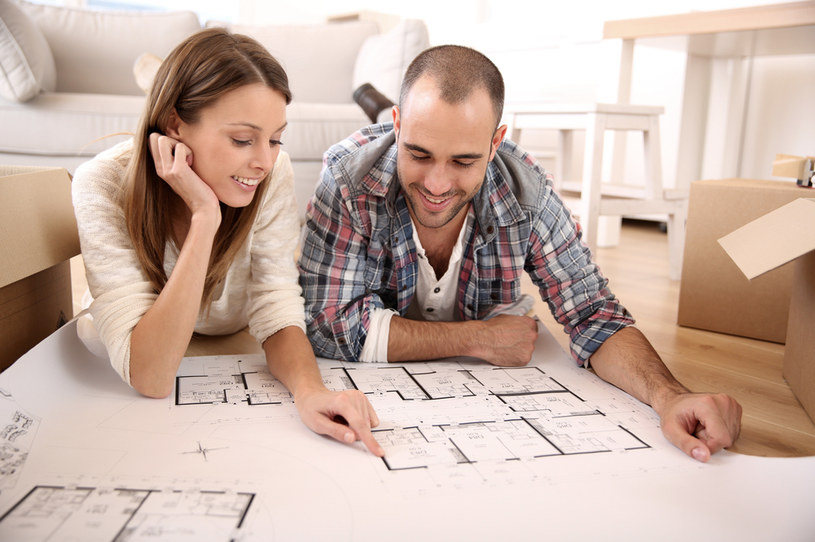 Młode osoby coraz częściej nie przywiązują wagi do posiadania własnego mieszkania /123RF/PICSEL