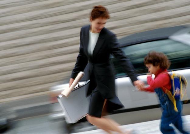 Młode Polki wciąż mają kłopoty z połączeniem pracy z macierzyństwem /© Bauer