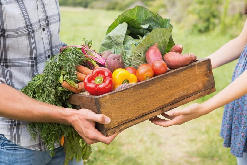 Młode warzywa najlepiej gotować z ziołami, które wzmacniają ich smak. /123RF/PICSEL