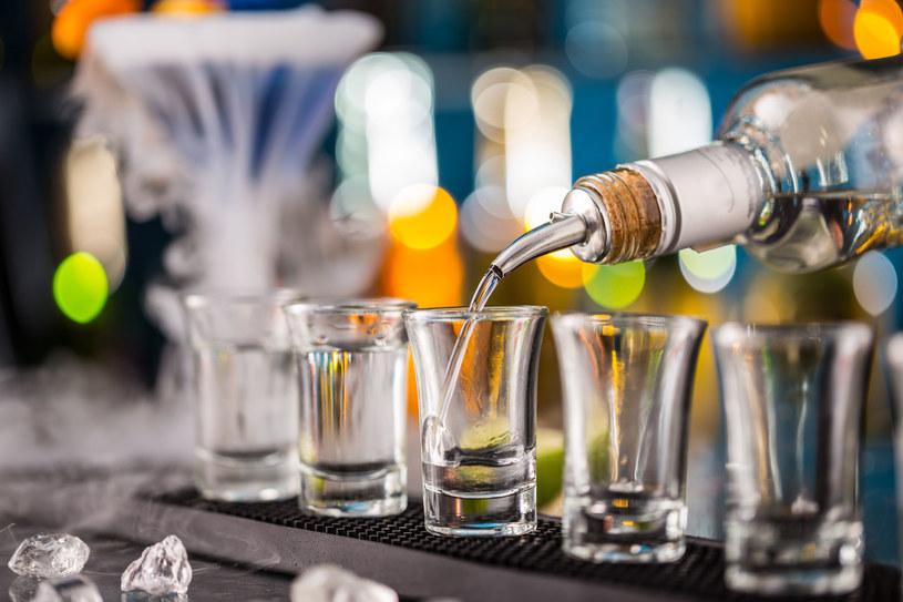 Młodsze pokolenie spożywa wódkę nie tylko przy stole, ale także przy barze w trakcie imprez klubowych /123RF/PICSEL