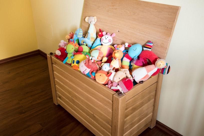Młodsze smyki mogą być zdezorientowane, gdy otrzymają na raz zbyt dużo zabawek /123RF/PICSEL