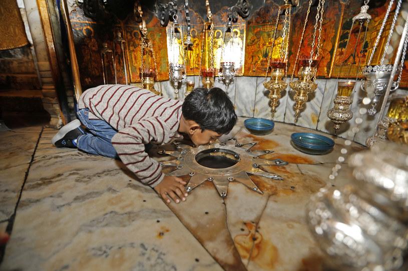 Młody chrześcijanin w Bazylice Bożego Narodzenia /AHMAD GHARABLI / AFP /AFP