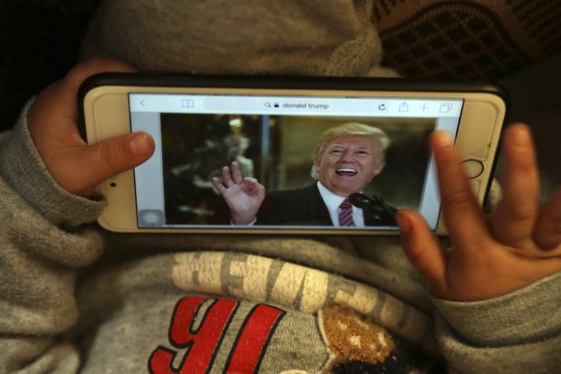 Młody Donald Trump ogląda swojego dorosłego imiennika /AP/EAST NEWS /East News