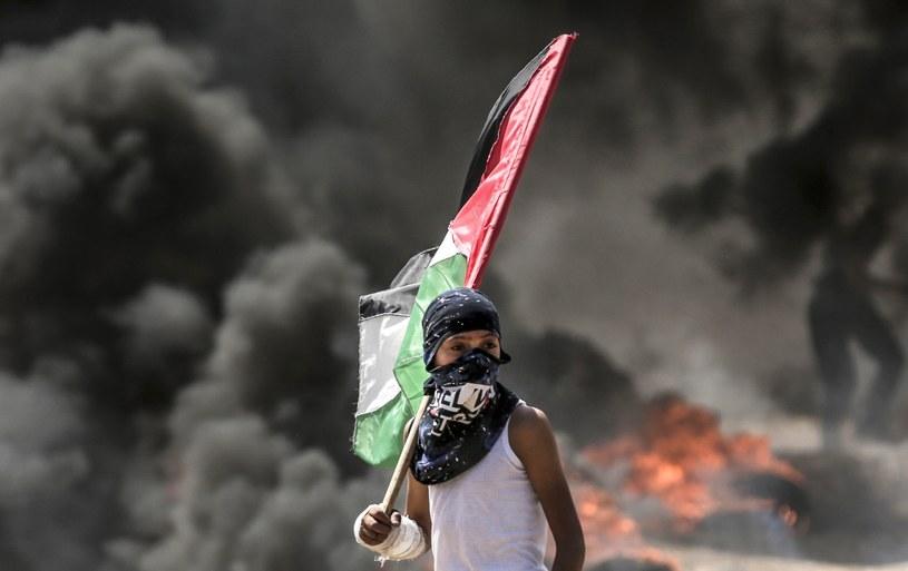 Młody Palestyńczyk podczas starć z izraelskimi siłami /AFP PHOTO / MAHMUD HAMS /East News