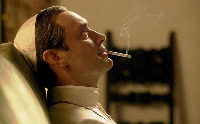 """""""Młody papież"""": Jude Law z papierosem /HBO"""