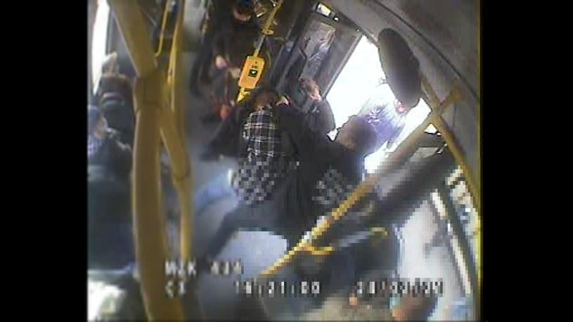 Młody pasażer zaatakował innego mężczyznę na środku autobusu /KWP w Bydgoszczy /Polsat News