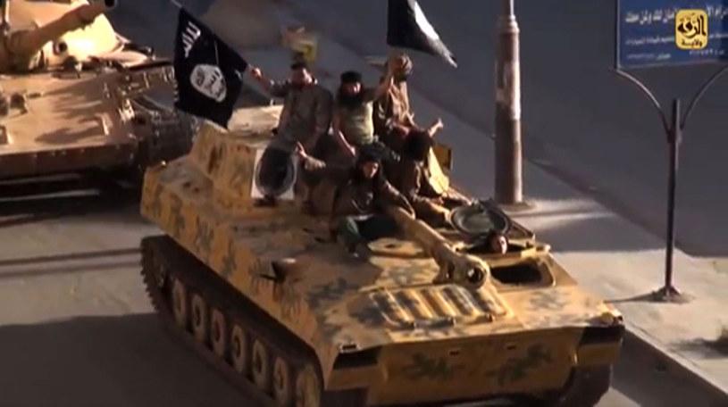 Młodzi chcą wysłać wojsko do walki z IS, ale sami nie chcą walczyć /AFP