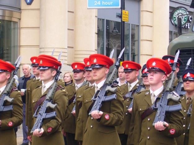 Młodzi huzarzy Pułku Królowej podczas parady w Birmingham w 2008 roku /Odkrywca
