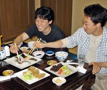 Młodzi Japończycy niechętnie sięgają po tradycyjne potrawy z wielorybiego mięsa /AFP
