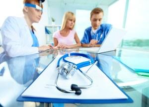Młodzi lekarze skarżą się do premier w sprawie niskich wynagrodzeń