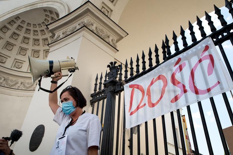 Młodzi lekarze znów szykują się do ogólnopolskiego strajku. Na zdjęciu jedna z lekarek - rezydentek podczas protestu w Warszawie /Wlodzimierz Wasyluk /Agencja FORUM