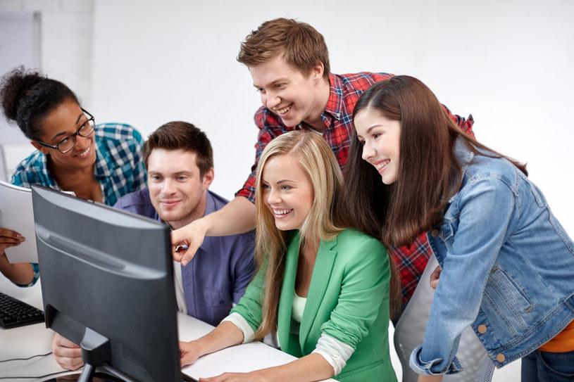 Młodzi ludzie bezkrytycznie wierzą we wszystko, co zobaczą w internecie. Oszuści wykorzystują to bezlitośnie /123RF/PICSEL