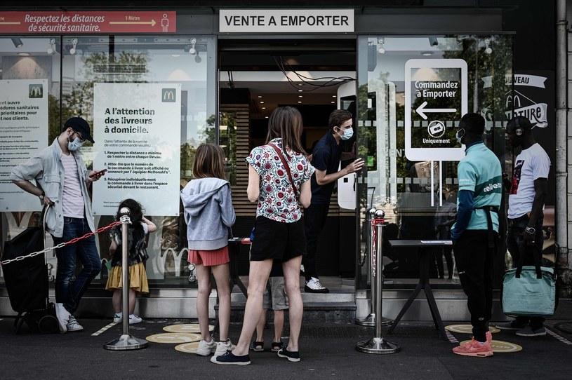 Młodzi ludzie lubią fast foody /AFP