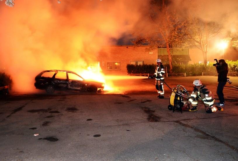 Młodzi ludzie podpalali samochody /PAP/EPA