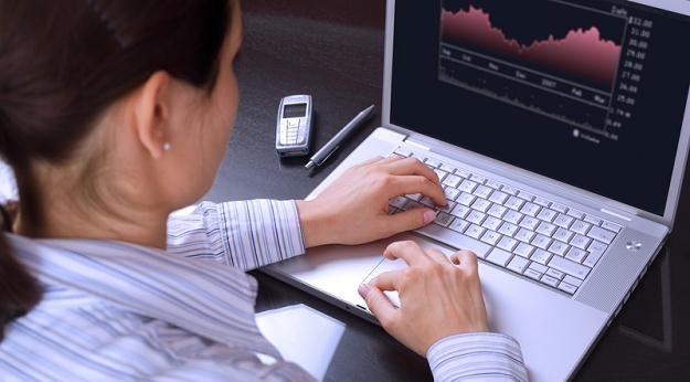 Młodzi ludzie przenieśli się do internetu, gdzie można znaleźć oferty kupna i sprzedaży walut /© Panthermedia