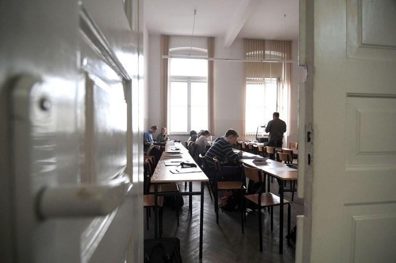 Młodzi ludzie są przyzwyczajeni do mieszkania z rodzicami, do tego, że rodzice muszą ich utrzymać i że wcale nie trzeba pracować /Lech Gawuc /Reporter