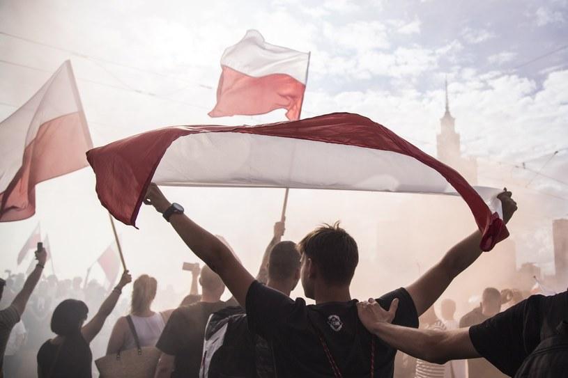 Młodzi ludzie z flagami Polski /Maciej Luczniewsk /Reporter
