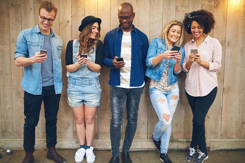 Młodzi ludzie z telefonami /©123RF/PICSEL