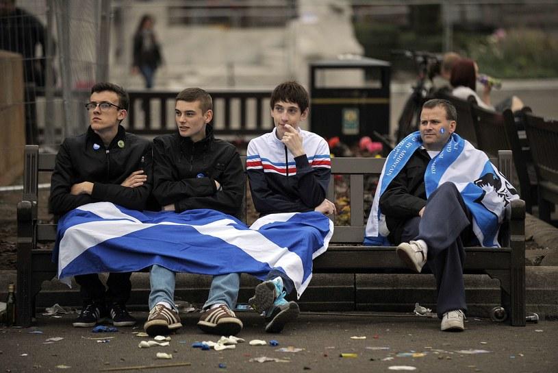 Młodzi mieszkańcy Glasgow załamani wynikiem szkockiego referendum /AFP