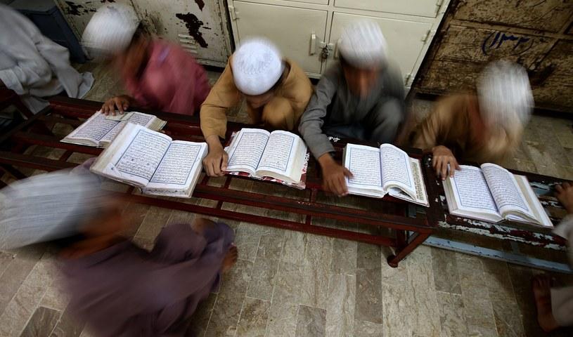 Młodzi muzułmanie czytający Koran, zdjęcie ilustracyjne /SHAHZAIB AKBER  /PAP/EPA
