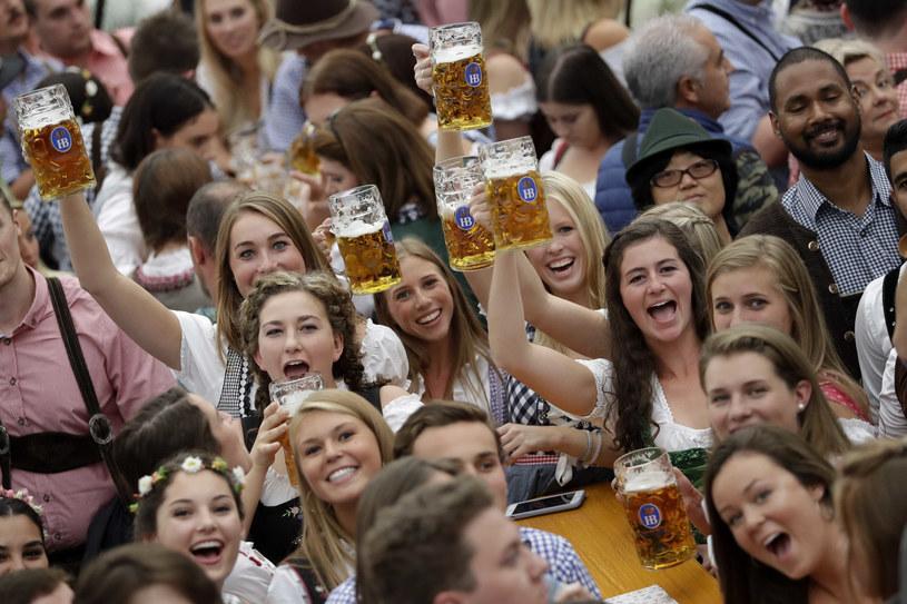 Młodzi Niemcy (a właściwie Niemki) bawią się na Oktoberfest /AP/Associated Press /East News