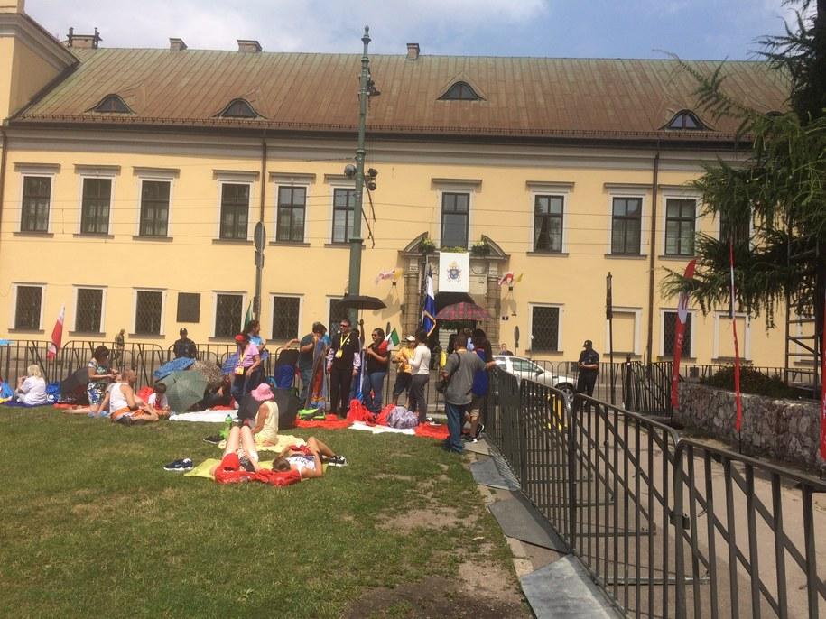 Młodzi pielgrzymi na Franciszkańskiej w Krakowie /Jacek Skóra /RMF FM