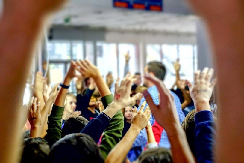 Młodzi Polacy wykazują się kreatywnością językową /Dawid Tatarkiewicz /East News