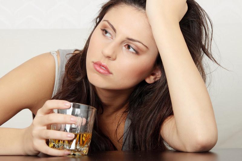 Młodzi sięgają częściej po alkohol /© Panthermedia
