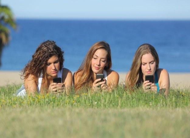 Mlodzie ludzie nie rozstają się ze smartfonem nawet podczas urlopu /123RF/PICSEL