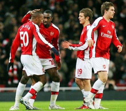 Młodzież Arsenalu celebruje gola w meczu z Wigan /AFP