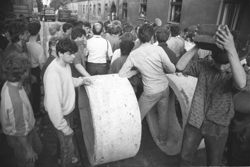 Młodzież budowała barykady na ulicach Krakowa - sceny z maja 1989 r. /Andrzej Stawiarski /Archiwum autora