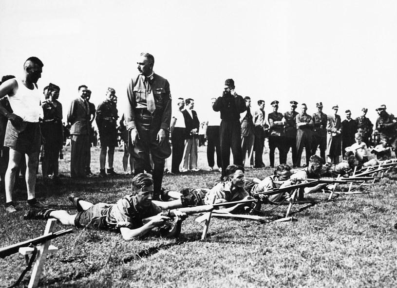 Młodzież z Hitlerjugend podczas treningu strzeleckiego /Getty Images