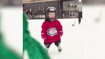 Młodziutki Norweg pasjonuje się hokejem. Radzi sobie bardzo dobrze