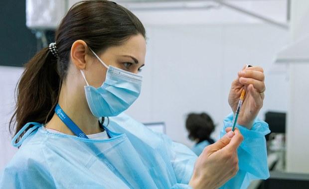 Mniej nowych zakażeń koronawirusem. Wciąż jednak wiele zgonów