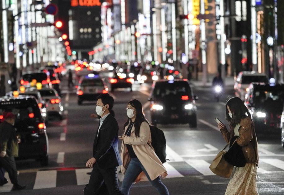 Mniej osób było w sobotę na ulicach handlowych dzielnic Tokio po wystosowaniu przez władze apelu o pozostanie w domach /KIMIMASA MAYAMA /PAP/EPA